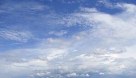 Niebieskie niebo z różnorodnymi chmurami obrazy royalty free