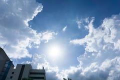niebieskie niebo z słońcem i chmurami dla tła obraz royalty free
