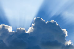 Niebieskie niebo z słońcem i pięknymi chmurami Obrazy Royalty Free