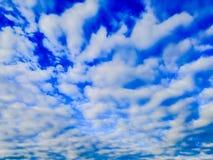 Niebieskie niebo z spławowymi chmur pierzastych chmurami zdjęcia royalty free