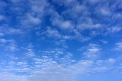 Niebieskie niebo zaczyna dociskać z podeszczowymi chmurami obraz stock