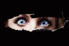 Niebieskie oczy młodej kobiety podglądanie obrazy royalty free