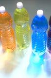niebieskie oczy, piaskowe drinki, plastikowe butelki Obraz Royalty Free