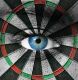 Niebieskie oko i dartboard fotografia stock