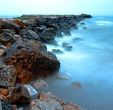 niebieskie skały morskie Zdjęcia Royalty Free