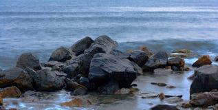 niebieskie skały morskie Zdjęcie Royalty Free
