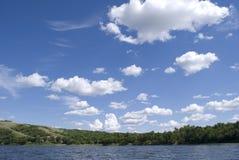 niebieskiego jeziora nad niebem. Fotografia Stock