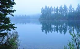niebieskiego jeziora rano Obraz Stock