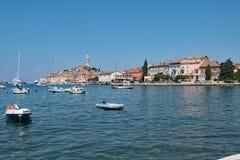 Niebieskiego nieba główkowanie w Chorwackim schronieniu Rovinj, połowu port na zachodnim wybrzeżu Chorwacja zdjęcia royalty free