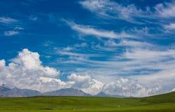 Niebieskiego nieba i światła chmury obraz stock