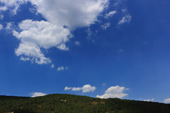 Niebieskiego nieba i bielu chmury. Fotografia Royalty Free