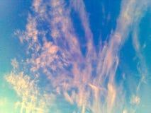 Niebieskiego nieba i menchii chmury fotografia royalty free