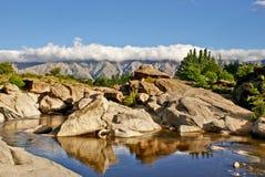 Niebieskiego nieba i rzeki skały Obrazy Royalty Free