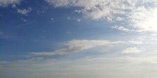 Niebieskiego nieba i ?wiat?a bia?e chmury T?o zdjęcie stock
