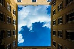 Niebieskiego Nieba podwórze Obrazy Stock