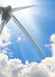 niebieskiego nieba słońca turbina wiatr zdjęcia royalty free