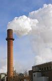 niebieskiego nieba smokestack przeciwko paleniu obrazy stock