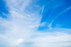 Niebieskiego nieba tła tekstura z białymi chmurami zdjęcie stock