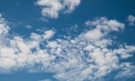 Niebieskiego nieba tło z białymi chmurami Obrazy Royalty Free