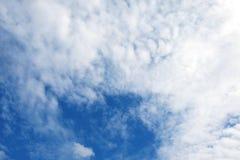 Niebieskiego nieba tło z białymi chmurami Fotografia Stock