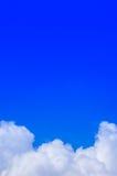 Niebieskiego nieba tło z chmurą Fotografia Royalty Free