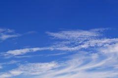 Niebieskiego nieba tło z chmurami zdjęcia stock