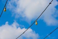 Niebieskiego nieba tło z chmurami w Bangkok przy Thailand ne długa elektryczna girlanda dla zaświecać z światło białe żarówkami p obraz royalty free