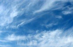 Niebieskiego nieba tło z falistymi wełnistymi chmurami Obrazy Royalty Free