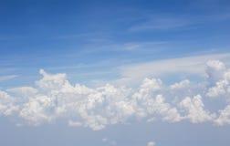 Niebieskiego nieba tło z chmurami Zdjęcie Royalty Free
