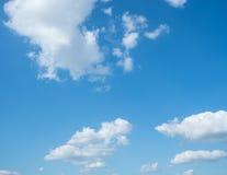 Niebieskiego nieba tło z chmurami Fotografia Stock