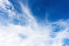 Niebieskiego nieba tło z malutkim Zdjęcia Stock