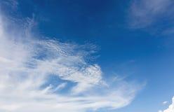 Niebieskiego nieba tło z malutkim Zdjęcia Royalty Free