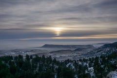 Niebla alrededor de la montaña del norte de la tabla foto de archivo libre de regalías