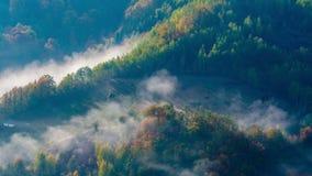 Niebla alrededor de una montaña almacen de video