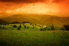 Niebla anaranjada sobre las montañas Imagen de archivo