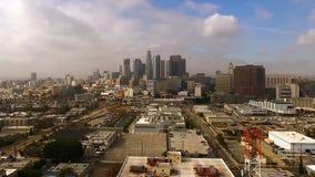 Niebla con humo céntrica de la niebla del horizonte de la ciudad de los edificios industriales de Los Ángeles California almacen de metraje de vídeo