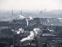 Niebla con humo - contaminación atmosférica de la ciudad Atmósfera confusa contaminada por el humo que sube de las chimeneas imagenes de archivo