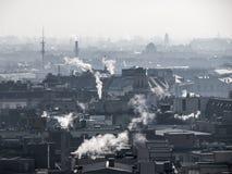 Niebla con humo - contaminación atmosférica de la ciudad Atmósfera confusa contaminada por el humo que sube de las chimeneas foto de archivo