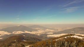 Niebla con humo en las montañas imagenes de archivo