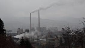 Niebla con humo pesada de la industria Contaminación atmosférica y niebla con humo industriales y del tráfico pesadas en ciudad C almacen de video