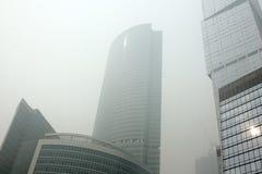 Niebla con humo pesada en Moscú el agosto de 2010: Scyscrapers Fotos de archivo