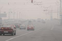 Niebla con humo sobre el puente en Moscú Foto de archivo