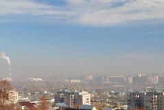 Niebla con humo sobre la ciudad Imagen de archivo