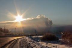 Niebla con humo sobre la ciudad Fotos de archivo