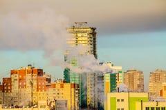Niebla con humo sobre la ciudad Fotos de archivo libres de regalías
