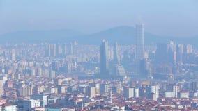 Niebla con humo sobre la megalópoli Estambul, niebla industrial, problema de la contaminación ambiental almacen de video
