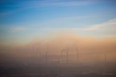 Niebla con humo sobre la planta Imagenes de archivo