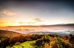 Niebla con la montaña en salida del sol Imágenes de archivo libres de regalías