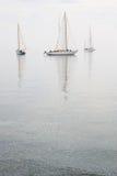 Niebla de agua tranquila de los barcos de vela Foto de archivo libre de regalías