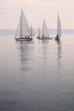 Niebla de agua tranquila de los barcos de vela Foto de archivo